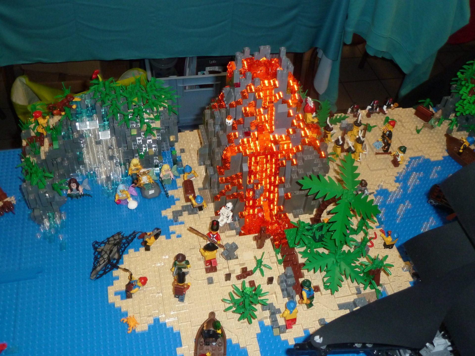 Photo of AWESOME Pirate layout at Ch'ti Brick show in France!